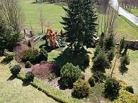 Pohled na zahradu s dětským hřištěm - Žďár u Nalžovských Hor
