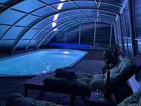 večerní osvětlení vyhřívaného bazénu - Žďár u Nalžovských Hor