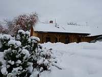Zasněžený pohled na chalupu - Žďár u Nalžovských Hor