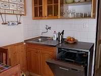 Kuchyně - myčka a dřez - chalupa k pronájmu Horní Planá - Hory