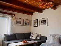 Obývací pokoj - rozkládací gauč - chalupa k pronájmu Horní Planá - Hory
