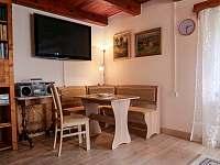 Obývací pokoj - sezení - chalupa k pronajmutí Horní Planá - Hory