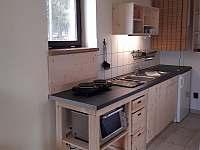 Chata č. 2 - kuchyňský kout s vařičem, mini troubou, lednicí a varnou konvicí - k pronájmu Hnačov