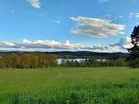 Pohled z areálu na rybník - chatky k pronajmutí Hnačov