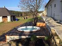 terasa s vířivkou - jaro - chalupa k pronájmu Černé Údolí