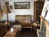 Obývací pokoj s krbovými kamny - chalupa k pronájmu Javor - Loučany