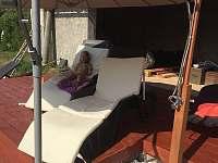 Zahradní dům a terasa u bazénu - chalupa ubytování Hlohová