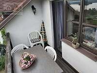 balkon bytu v horním patře - apartmán k pronájmu