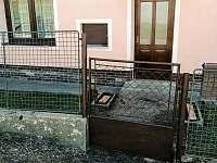 Hlavní samostatný vchod do bytu pouze pro ubytované - apartmán k pronajmutí Horní Planá