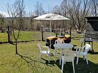 Vlastní posezení na zahradě pro ubytované - v pozadí jezero Lipno 400m - apartmán ubytování Horní Planá