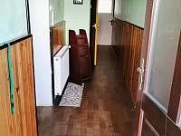 Vstupní předsíň hned za vchodovými dveřmi - apartmán k pronájmu Horní Planá