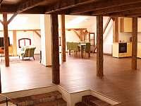 Pohled do obýváků s jídelnou a kuchyní - apartmán ubytování Vimperk
