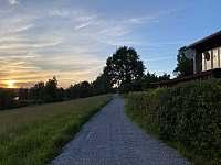 Chata při západu slunce - Frymburk