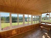 Vnitřní terasa s výhledem do okolní krajiny - Frymburk