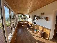 Vnitřní terasa s výhledem na jezero a do okolní krajiny - pronájem chalupy Frymburk
