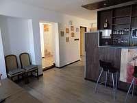 společenská místnost s barem a kuchyní - chalupa k pronájmu Čachrov - Jesení