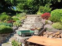 Kamenné schodiště na horní zahradu pro relax - roubenka k pronajmutí Petrovice u Sušice - Vojetice