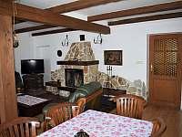 Obývací pokoj s otevřeným krbem - roubenka k pronájmu Petrovice u Sušice - Vojetice