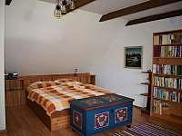 První ložnice v patře - roubenka k pronájmu Petrovice u Sušice - Vojetice