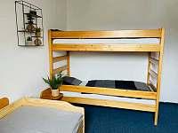 Ložnice s palandou a rozkládací manželskou postelí - Prášily