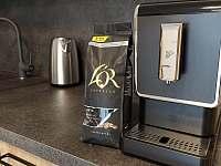 K dipozici je kávovar na zrnkovou kávu C2 - apartmán k pronájmu Nová Pec