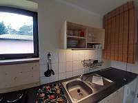 Chata č. 2 - kuchyňský kout s vařičem, mini troubou, lednicí a varnou konvicí - k pronajmutí Hnačov