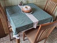 jídelní stůl - chata k pronajmutí Struhadlo
