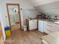 Kuchyňka a jídelna - apartmán k pronájmu Horní Planá