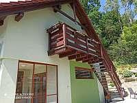 Vstup do apartmá, venkovní posezení - ubytování Horní Planá