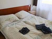 Jedna z ložnic - apartmán k pronájmu Hojsova Stráž
