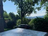 výhled od venkovního stolu na lipno -