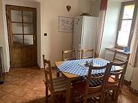 Kuchyně s jídelním koutem - chalupa k pronájmu Velenovy