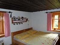 Hlavní ložnice - postele - chalupa k pronájmu Petrovice u Sušice - Strunkov