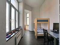 Ložnice s palandou, pracovním a dětský koutkem - apartmán k pronajmutí Sušice
