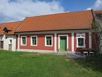 Pohled na dům a dvorek - chalupa ubytování Sušice - Chmelná