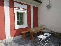 posezení před domem - Sušice - Chmelná