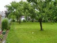 zahrada před chalupou