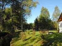 Pohled na zahradu od jezu potoka tekoucího do nádrže Lipno směr Plešné Jezero - chalupa ubytování Nová Pec