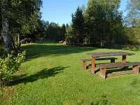 Pohled na zahradu za chalupou na západ směr Hochficht - k pronájmu Nová Pec