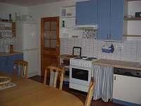 kuchyň - jídelna s velkým stolem a sezením,TV,DVD... - chalupa k pronájmu Lenora - Houžná