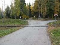zelezniční přejezd v Ovesné-za přejezdem doleva - chalupa k pronájmu Nová Pec