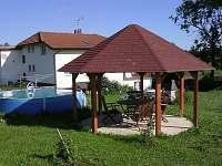altán na zahradě