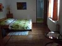 dvoulůžkový pokoj v přízemí - chalupa k pronájmu Čeňkova Pila