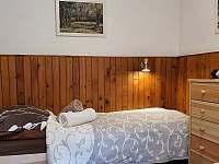 Ložnice II - vstup z obývacího pokoje - oddělovací závěs - chalupa k pronájmu Dlouhá Ves