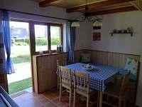 kuchyň - jídelní část - chata k pronájmu Horní Planá