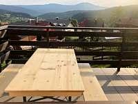 balkon z obýváku se sezením a krásným výhledem