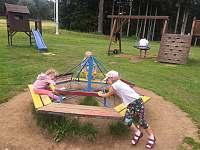 Dětské hřiště na Belvederu 880m nad apartmánem po Křížové cestě lesem 15 minut.