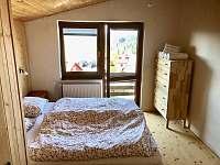Ložnice ve 2. patře s malým balkonem s krásným výhledem na Javor a Železnou Rudu