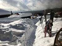 někdy je zapotřebý si odhrnout sníh ke vchodu, když sněží celou noc