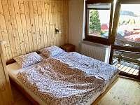 Nová ložnice ve smrkovém dřevě má horskou atmosféru.